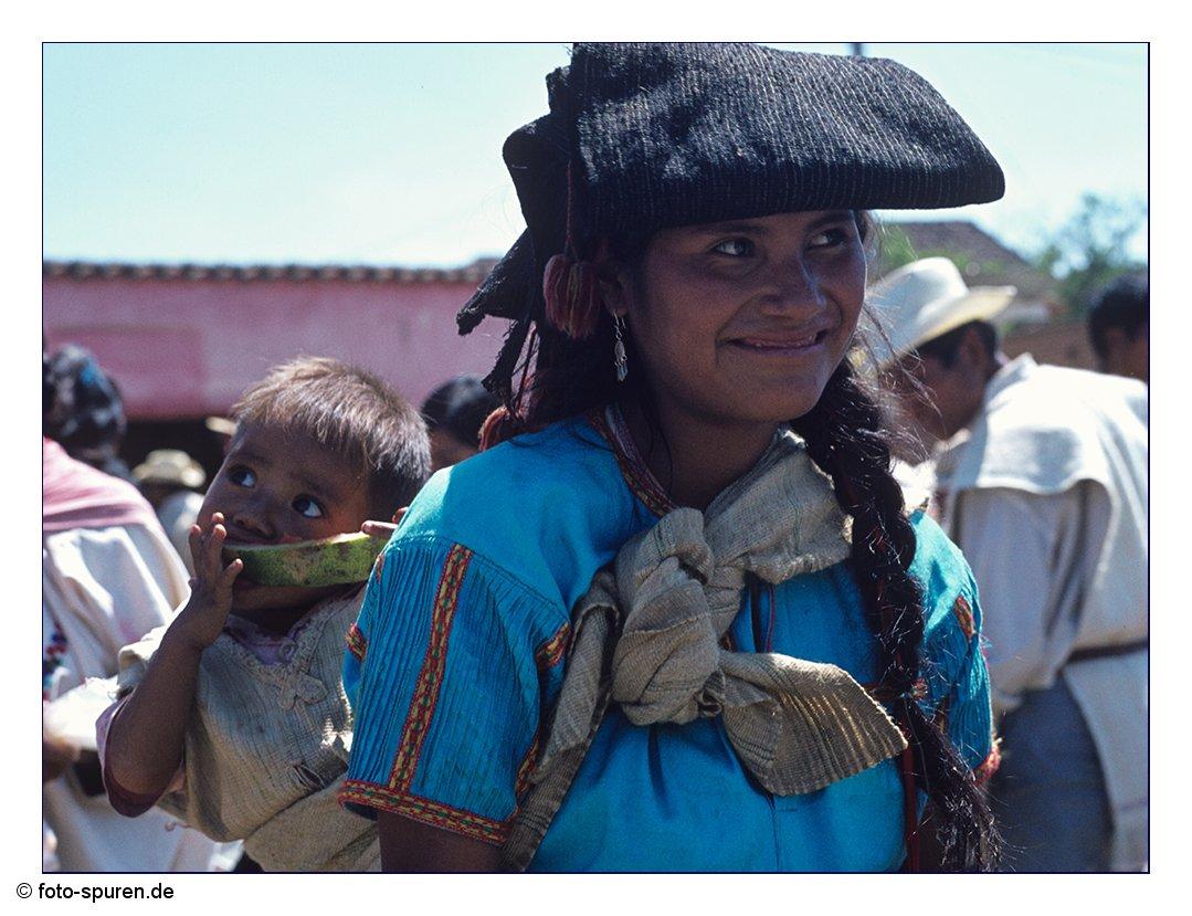 Chamulafrau mit Kind auf dem Markt